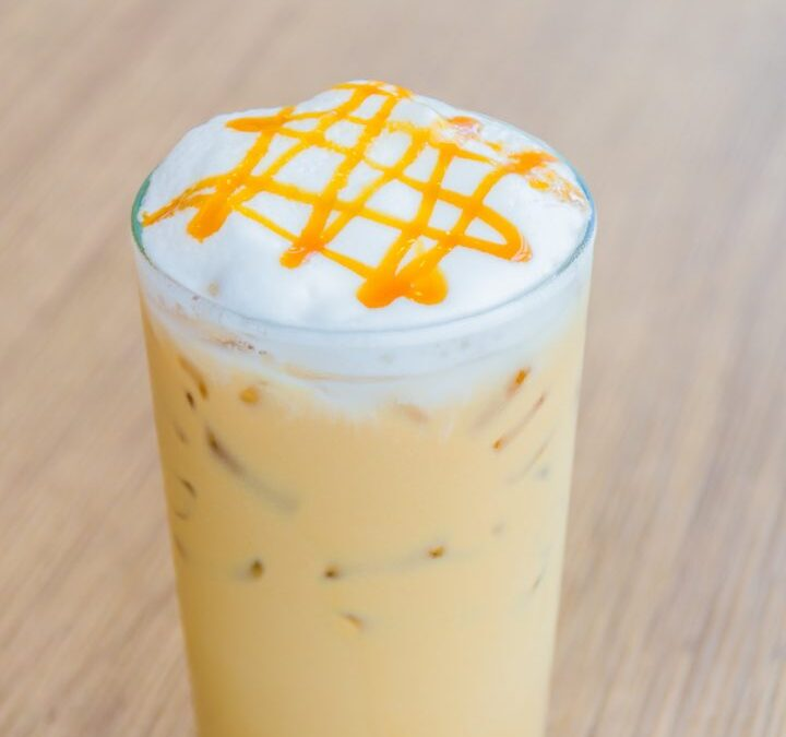 Inject some summer feeling with an Iced Caramel Latte!